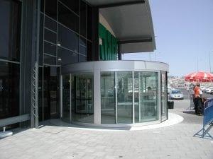 דלת אוטומטית לכניסה לבניין