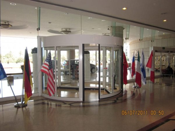 דלת כניסה לבית מלון