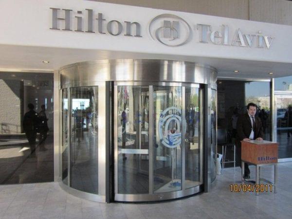 דלת מסתובבת לכניסה לבית מלון