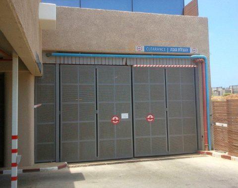דלת חנייה אוטוטית בכניסה לחניון בבניין מגורים