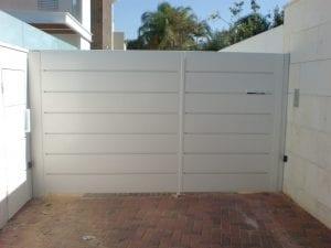 שער אוטומטי לחנייה פרטית בבית פרטי