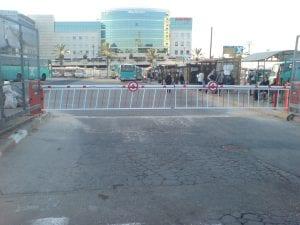שער חנייה אוטומטי עם זרוע מתרומם לחנייה ציבורית