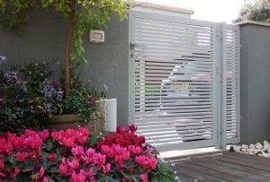 שער כניסה לבית - ניתן לשלב גדר באותו עיצוב