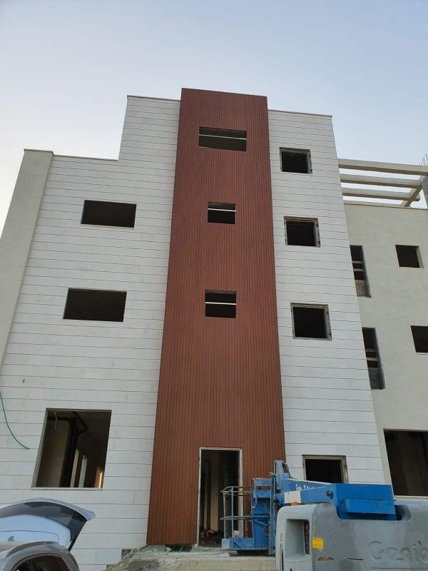 חיפוי קיר חיצוני בבניין מגורים