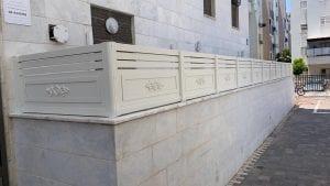 עבודת אלומיניום - גדר הקפית עם עיטורים לחצר הבית