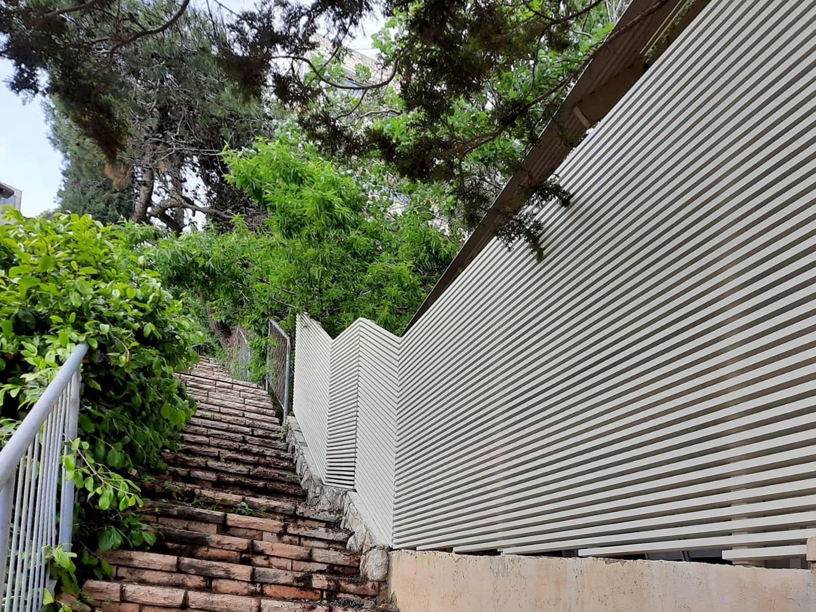 גדר אלומיניום בצבע לבן בעיצוב פסים מודרני - טרלידור
