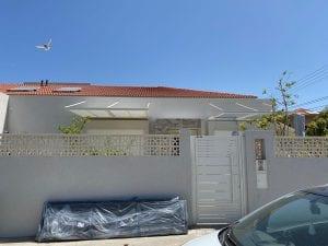 שער לבית בצבע לבן עם ידית אחיזה