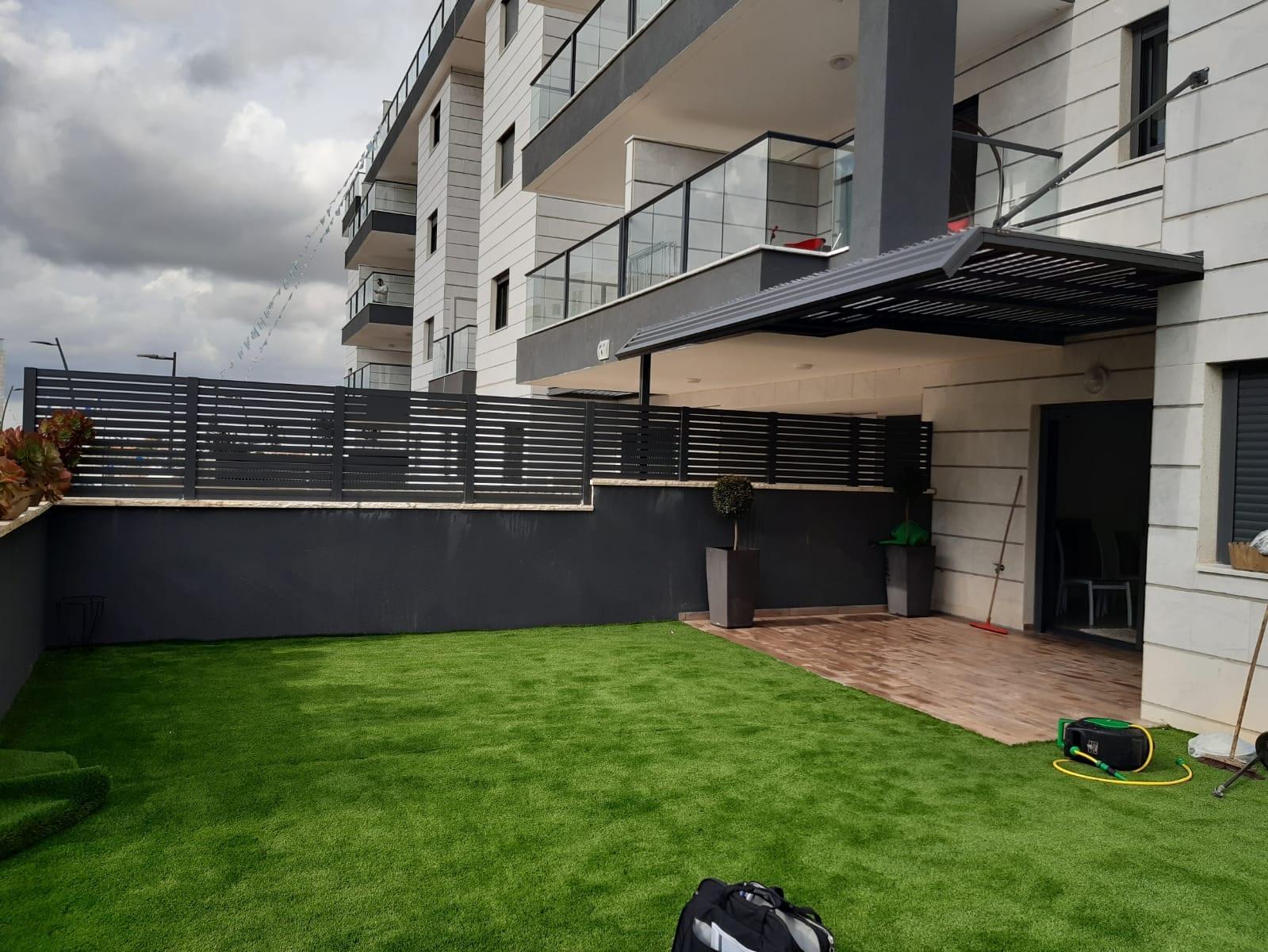 תמונה של דשא בשילוב גדר אלומיניום של חברת טרלידור