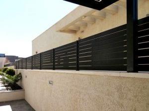 התקנה של גדר בצבע שחור