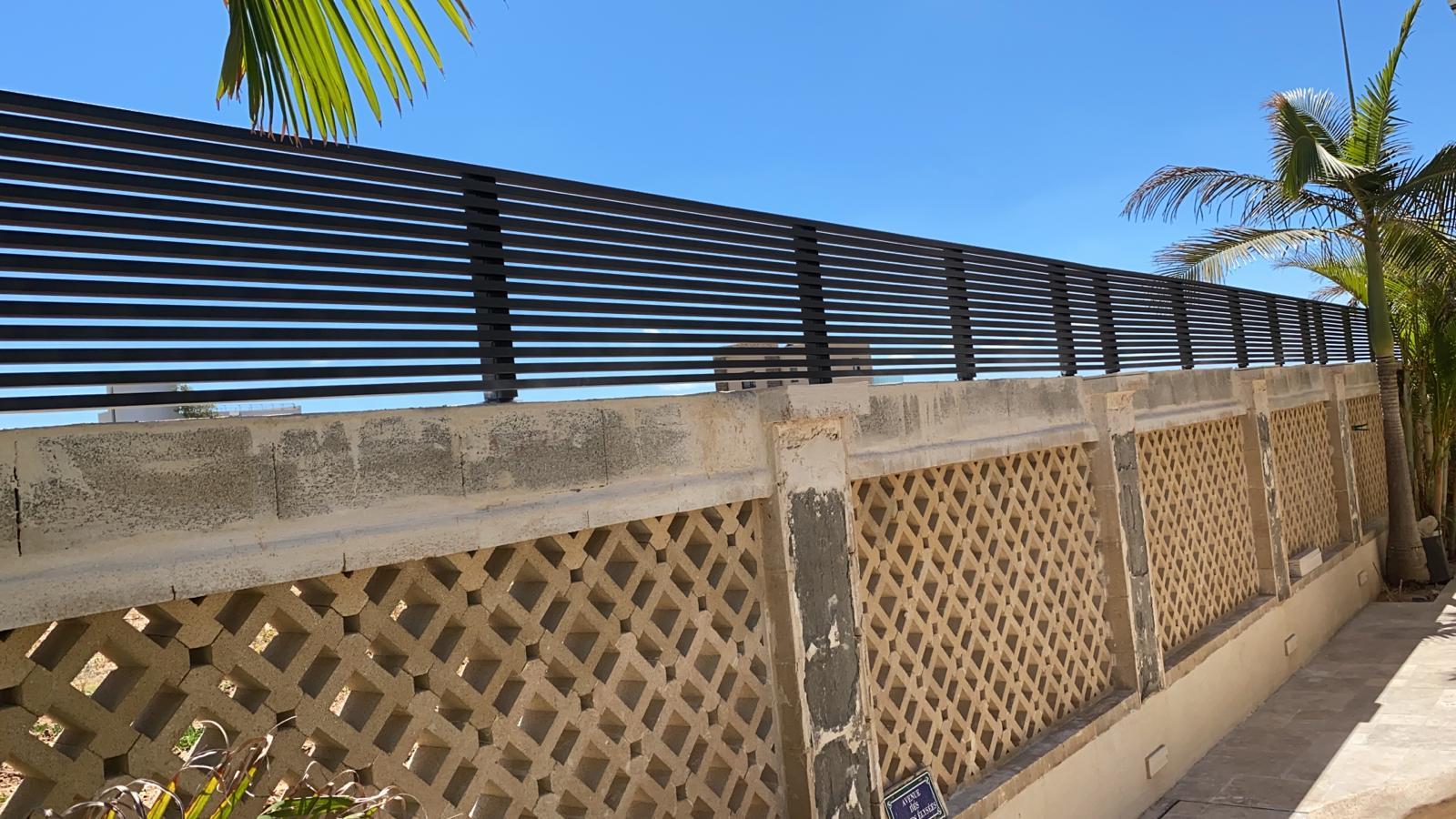 גדר אלומיניום מותקנת על גדר בטון עם שרביות - מדהים!!!