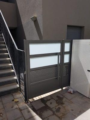 שער כניסה (פשפש) בשילוב זכוכית חלבית ואלומיניום