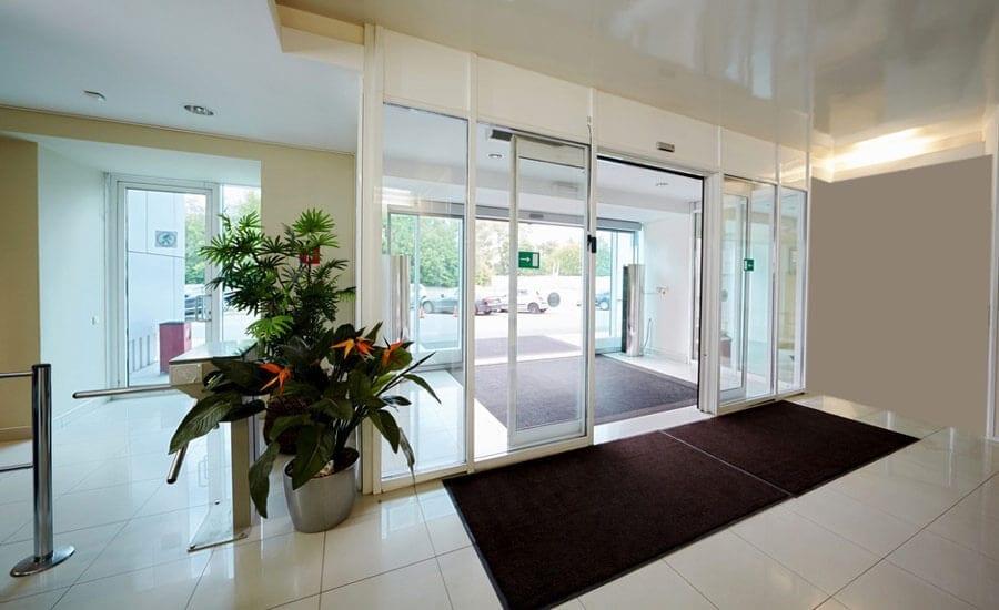 דלתות אוטמטיות מזכוכית בניין מגורים