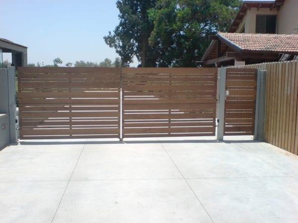 שער חנייה נגרר הצידה דמוי עץ