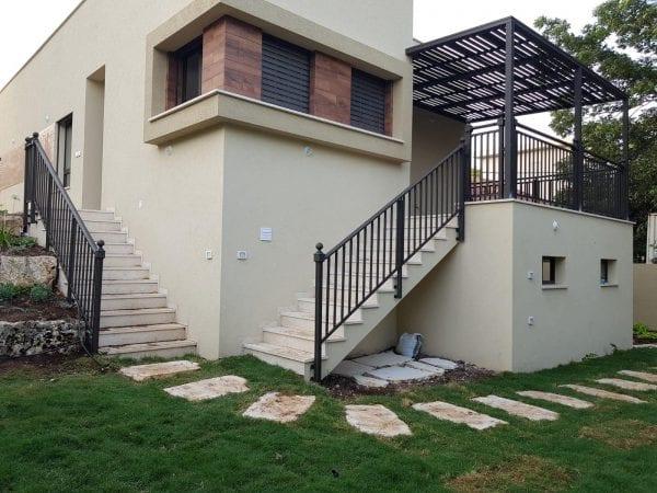פרגולה למרפסת בבית פרטי - מתקין טרלידור