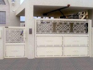 שער אלומיניום לחניה משולב שער כניסה מאלומיניום
