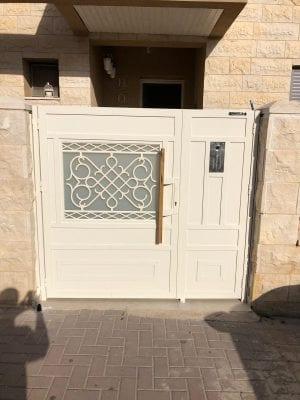 שער כניסה משולב זכוכית