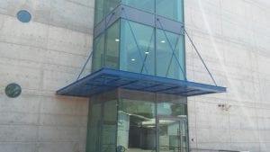 פרגולה תלויה מעל כניסה לבניין