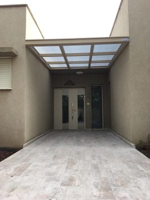 גג פרגולה נגד גשם - כניסה לבית מעל הדלת