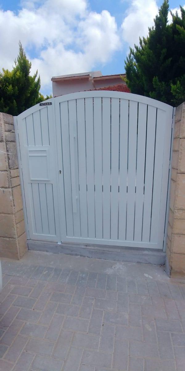 שער מעוצב לחצר