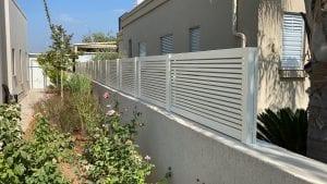 גדר מעוצבת לגינה בין שכנים