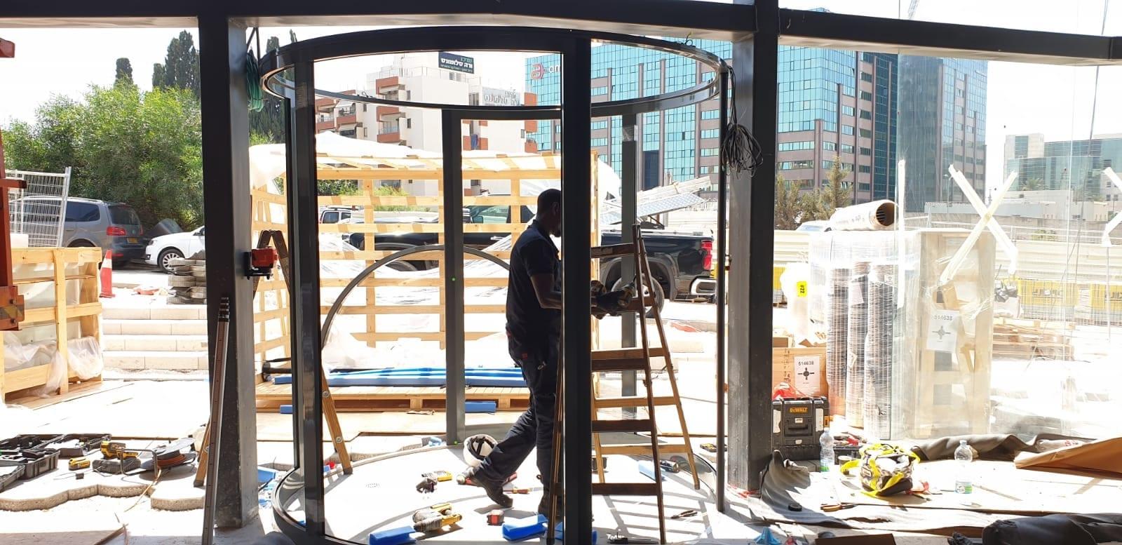 התקנה של דלת זכוכית