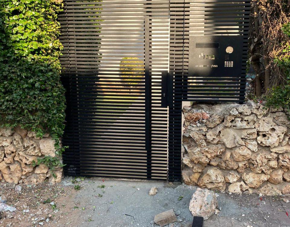 דלת אלומיניום בתור כניסה לגינה