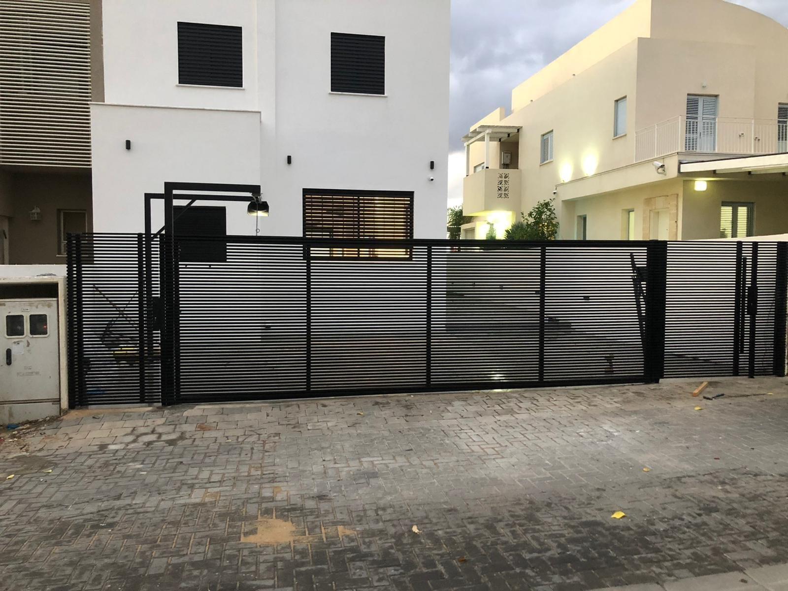 שערים לבית בצבע שחור