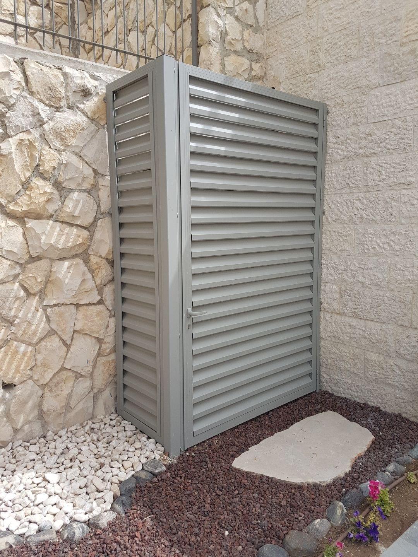 דלת רפפות לסגירת ארון חשמל