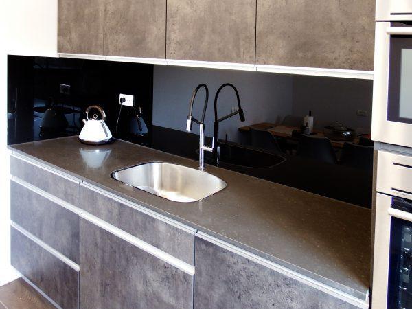 חיפוי זכוכית למטבח בצבע שחור