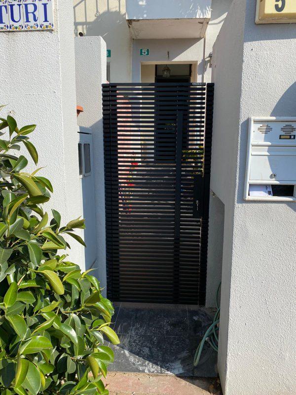 דלת פשפש צרה לפתח צר