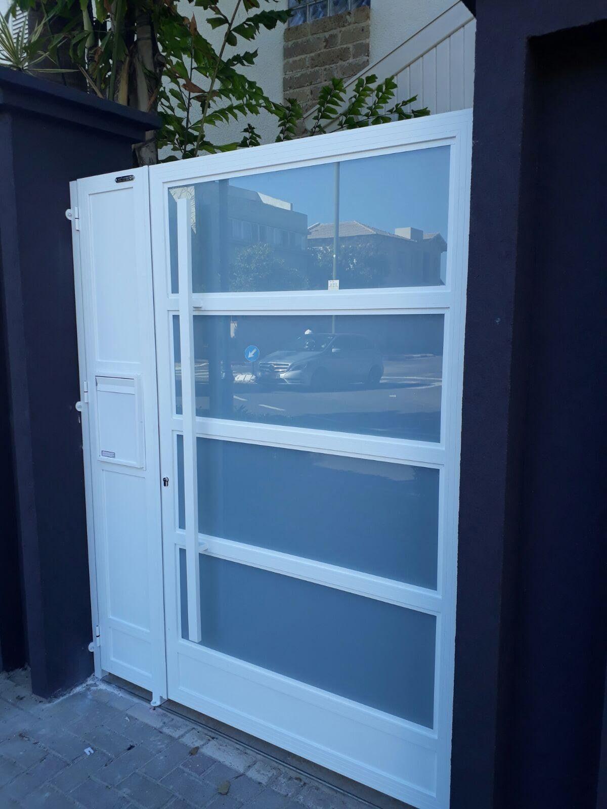 דלת כניסה אלומיניום עם פסי זכוכית