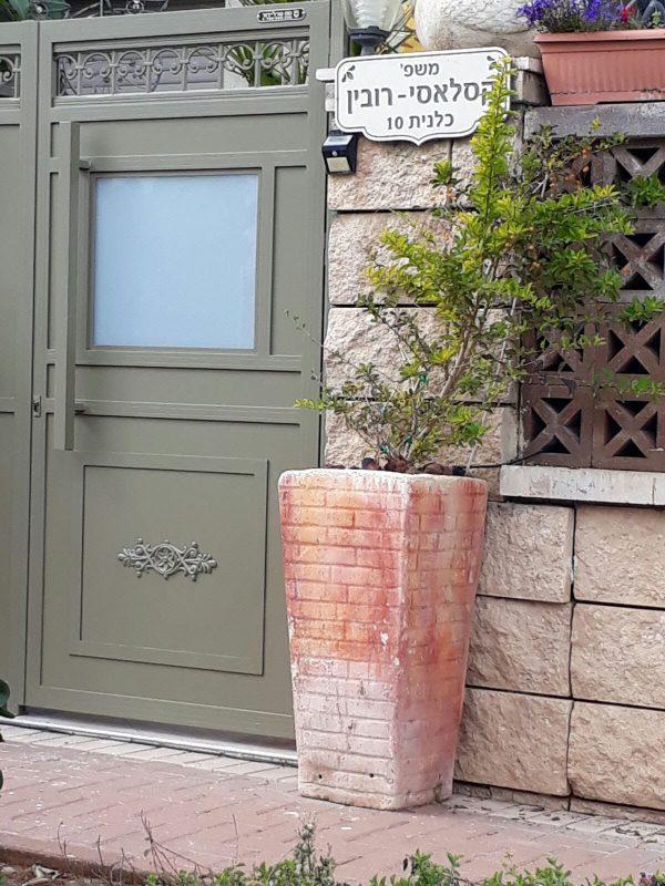דלת כניסה אלומיניום עם ידית קבועה וזכוכית חלבית