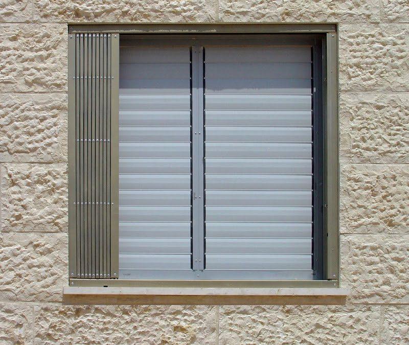סורג לחלון במצב פתוח