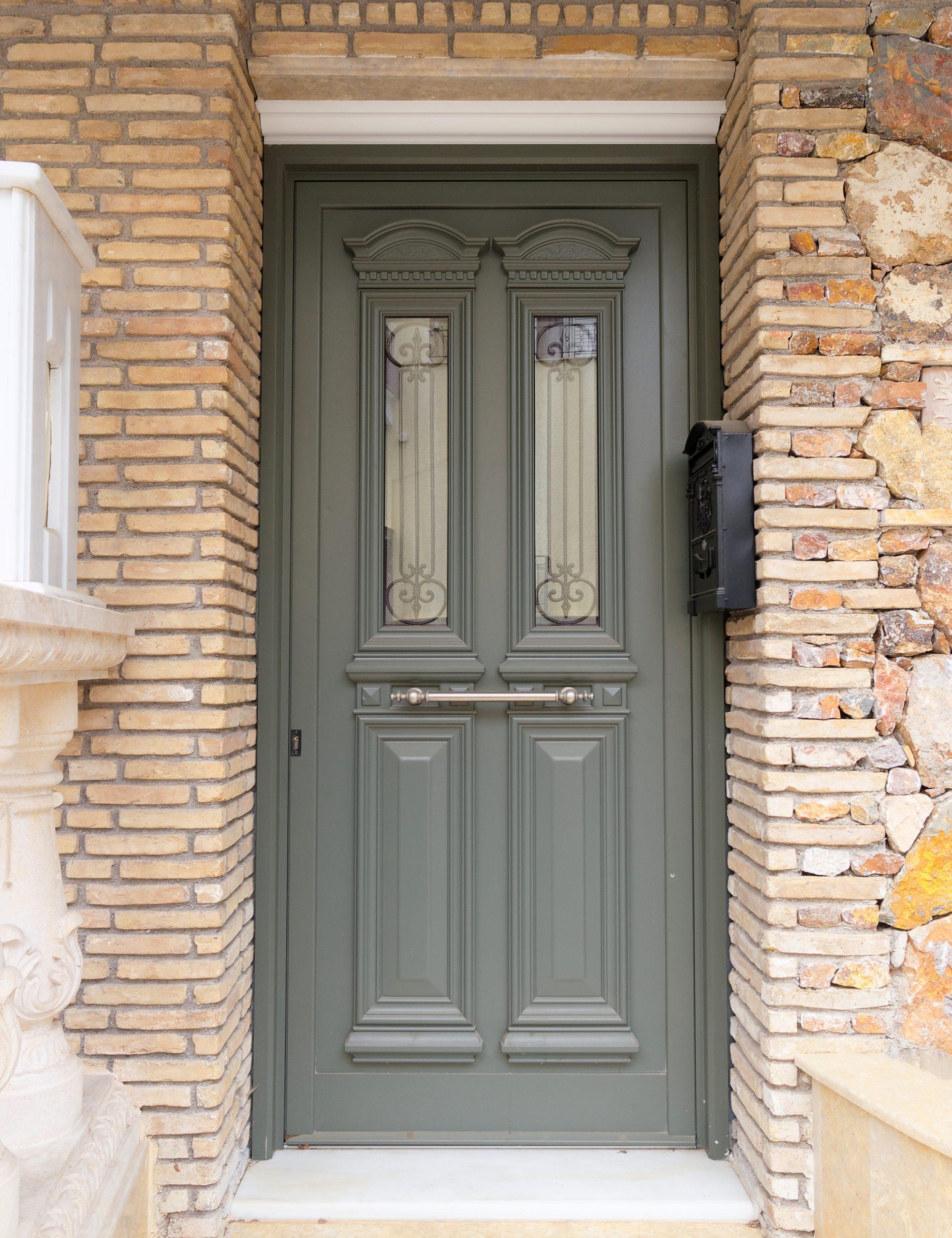 דלת כניסה מעוצבת עם חלון זכוכית וסורג
