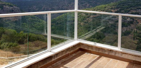 מעקה מרפסת אלומיניום לבן משולב זכוכית