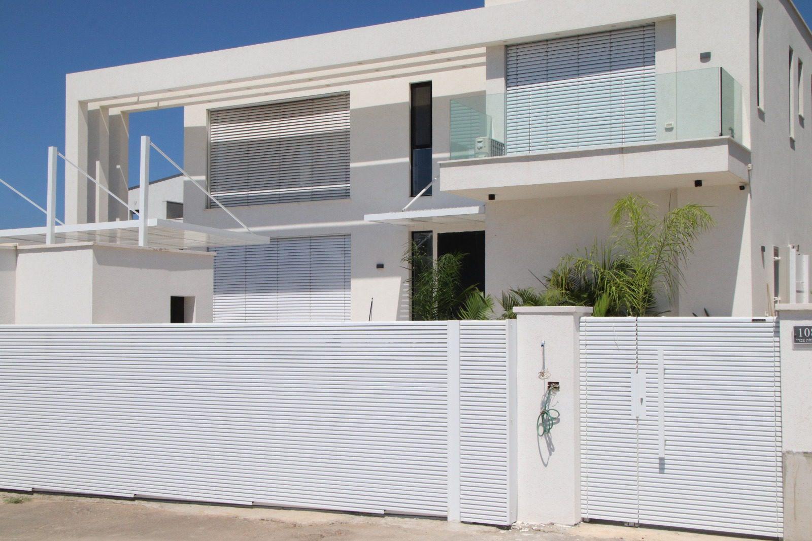 שער לבית בצבע לבן