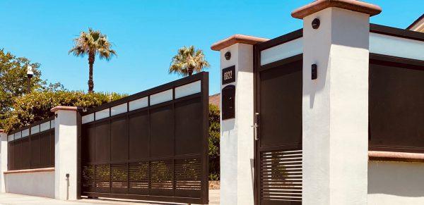 תמונה מרחוק של שער וגדר לבית
