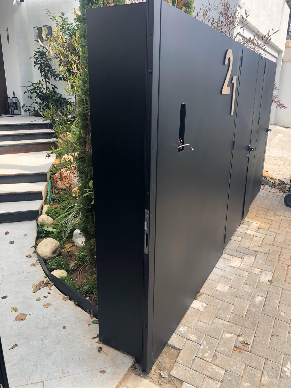שער כניסה לחצר בצבע שחור