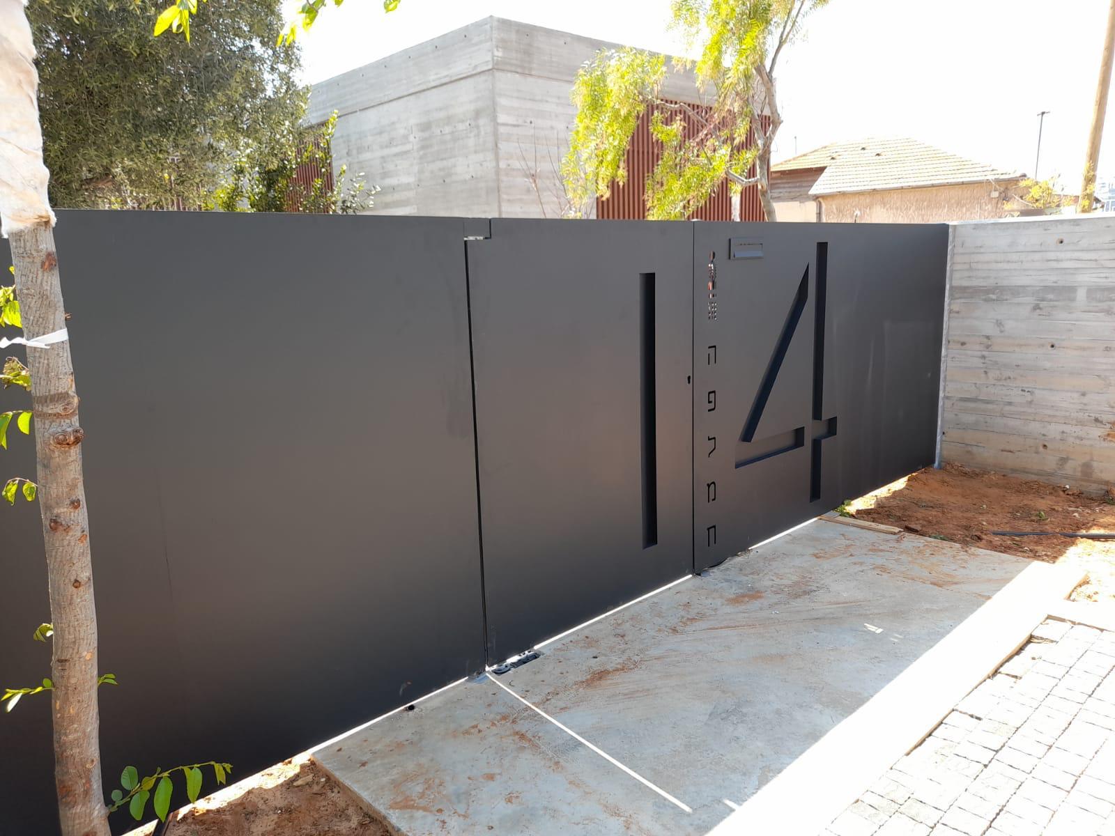 תמונת צד של שער לבית