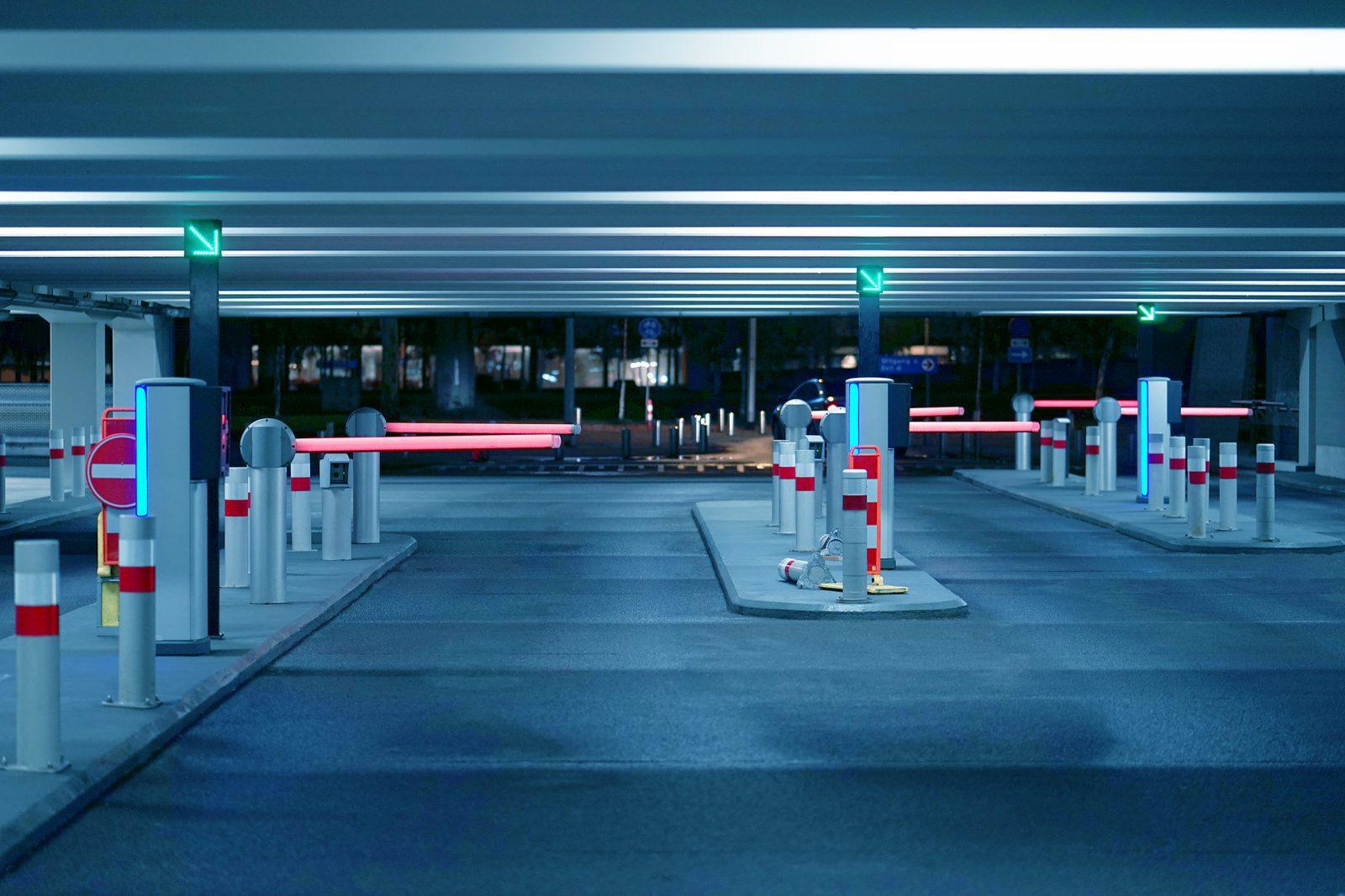 שערים חשמליים לחנייה ציבורית עם בקרת כניסה ותאורת לד