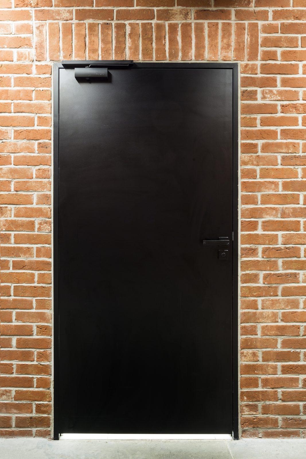 דלת אלומיניום בצבע שחור עם מחזיר שמן