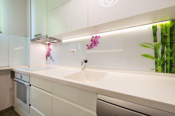 עבודת זכוכית - חיפוי קיר מטבח בזכוכית עם תמונה